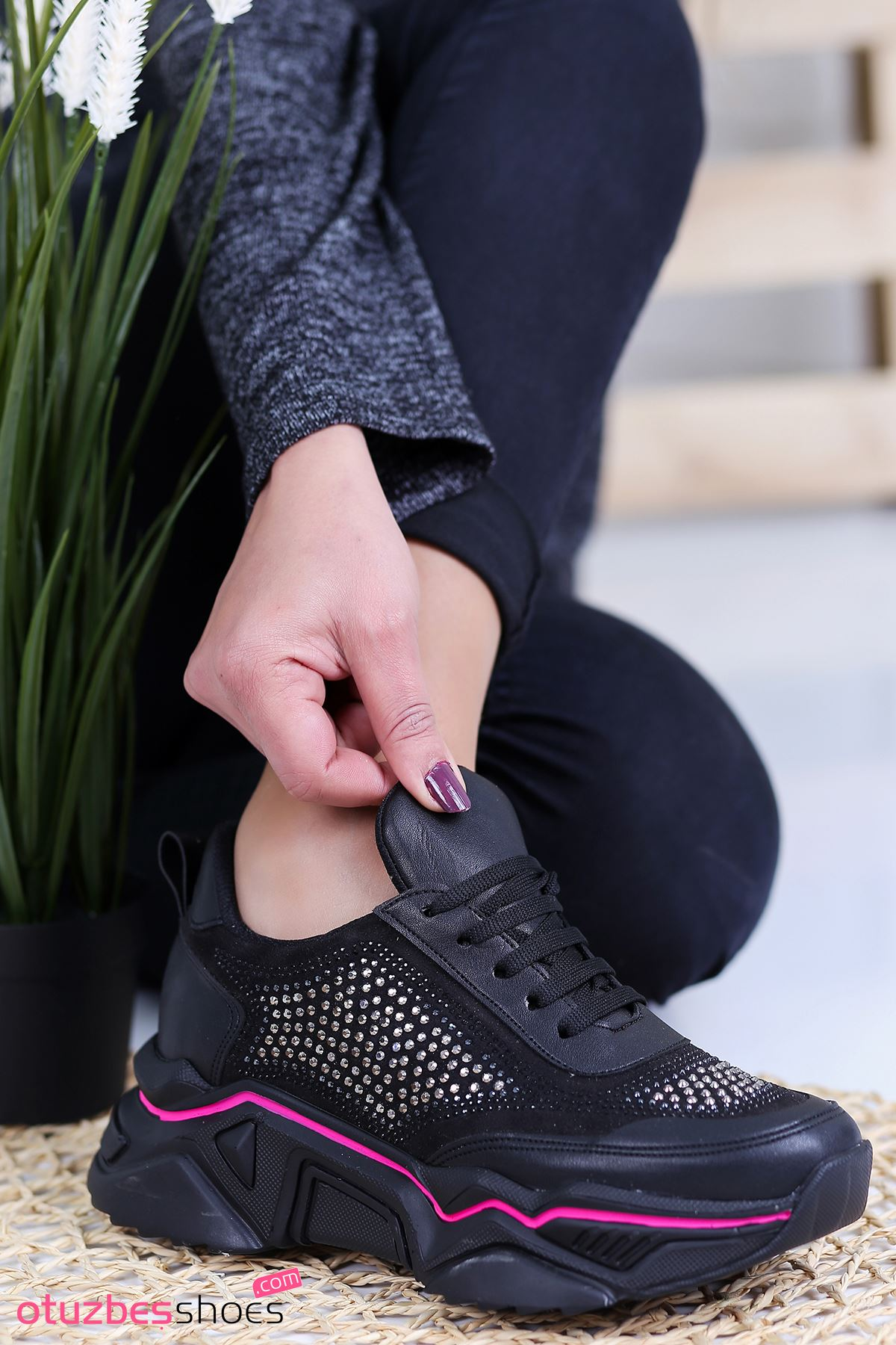 Ahu Süet Pembe Şeritli Taş Detay Spor Ayakkabı Siyah
