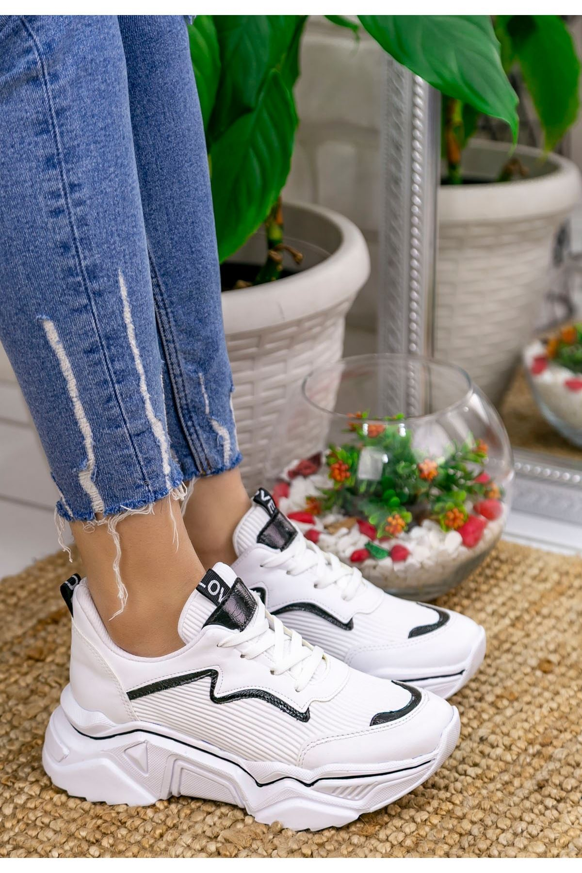Ada Mat Deri Siyah Şeritli Spor Ayakkabı Beyaz