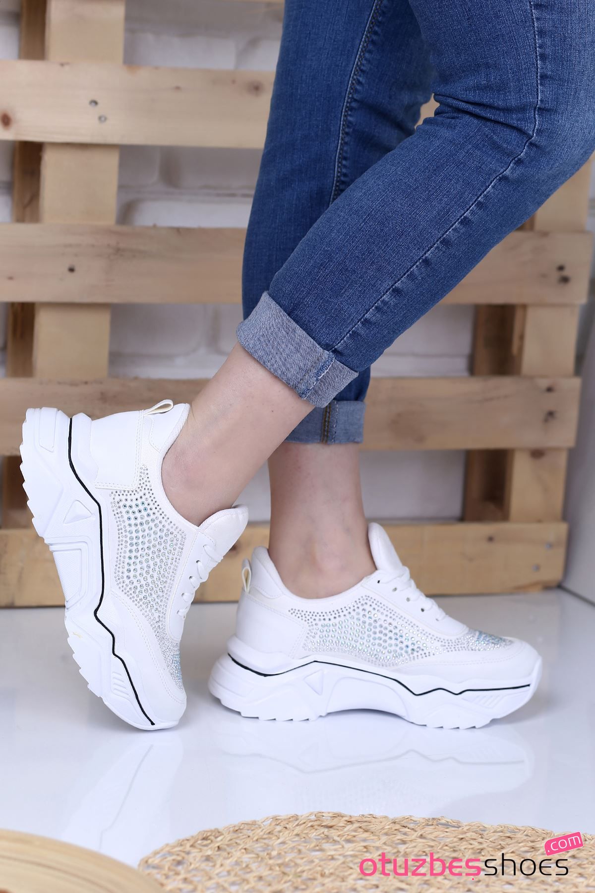 Ahu Mat Deri Siyah Şeritli Taş Detay Spor Ayakkabı Beyaz
