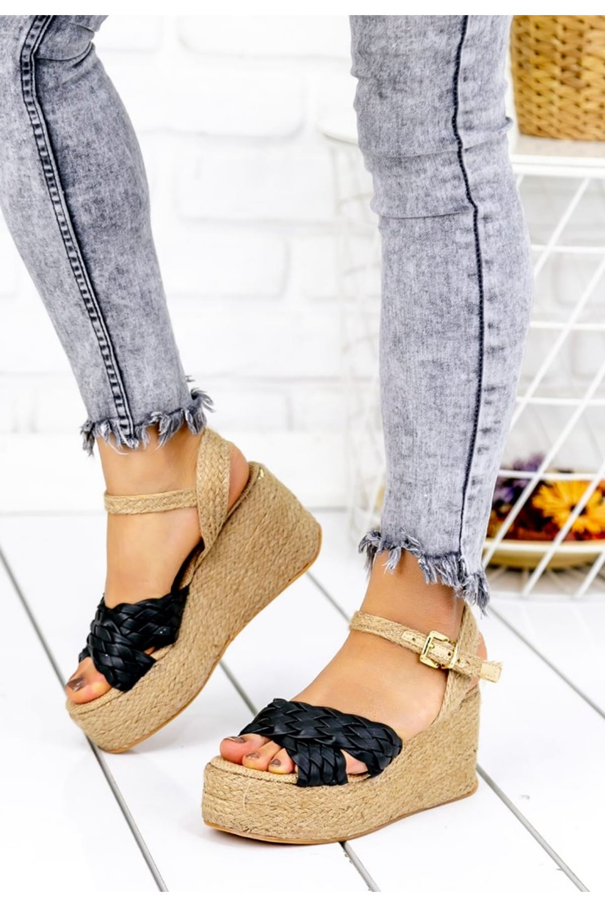 Frida Mat Deri Çapraz Bant Dolgu Topuk Ayakkabı Siyah