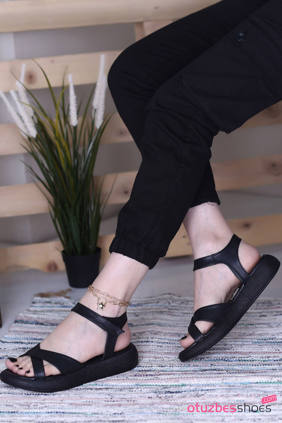 Sera Mat Deri Çapraz Kadın Sandalet Siyah