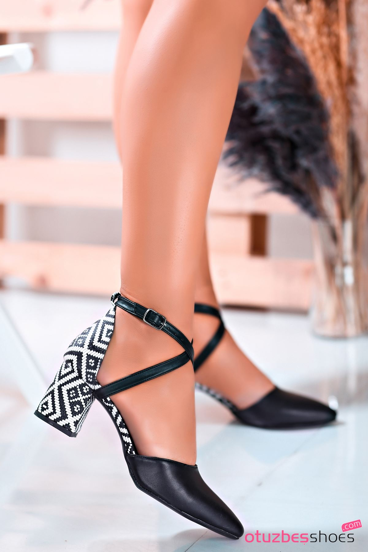 Siyah Kilim Desenli Çapraz Bant Topuklu Kadın Ayakkabı