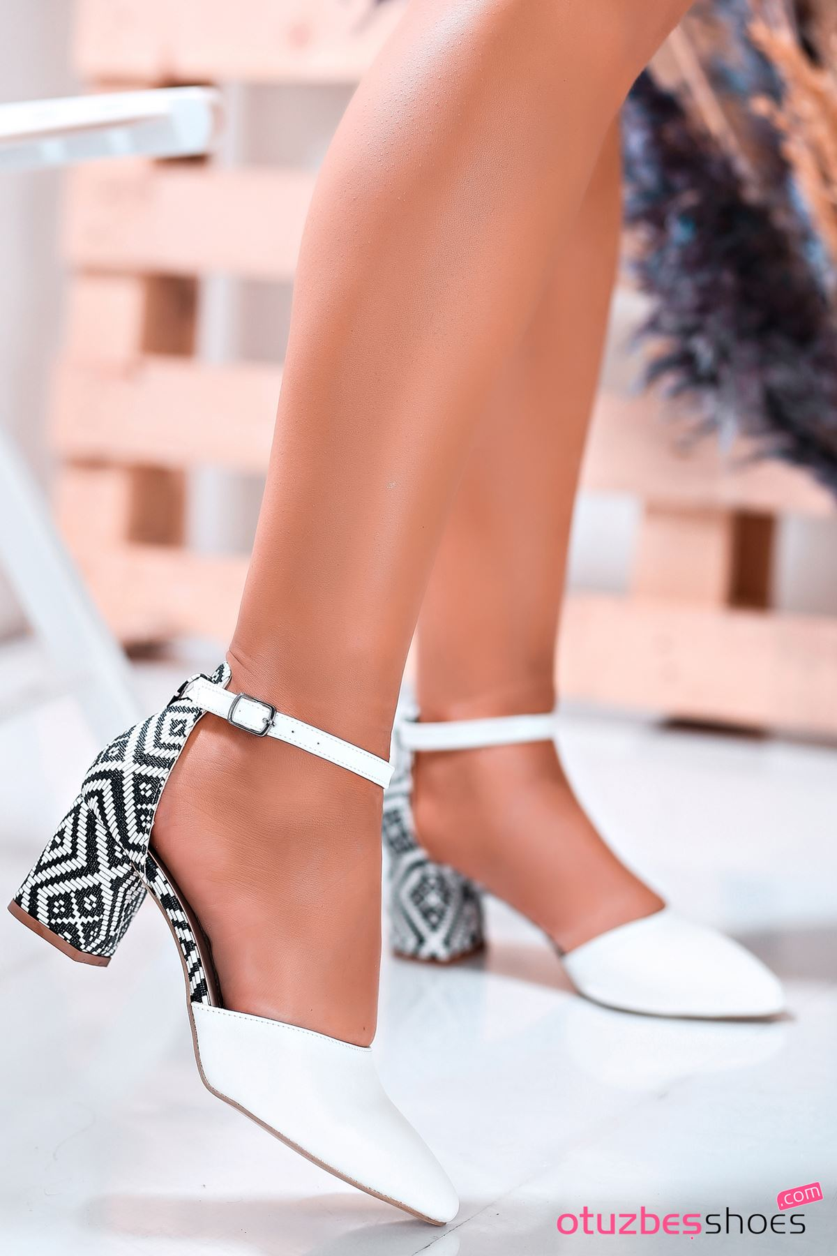 Beyaz Kilim Desenli Tek Bant Topuklu Kadın Ayakkabı