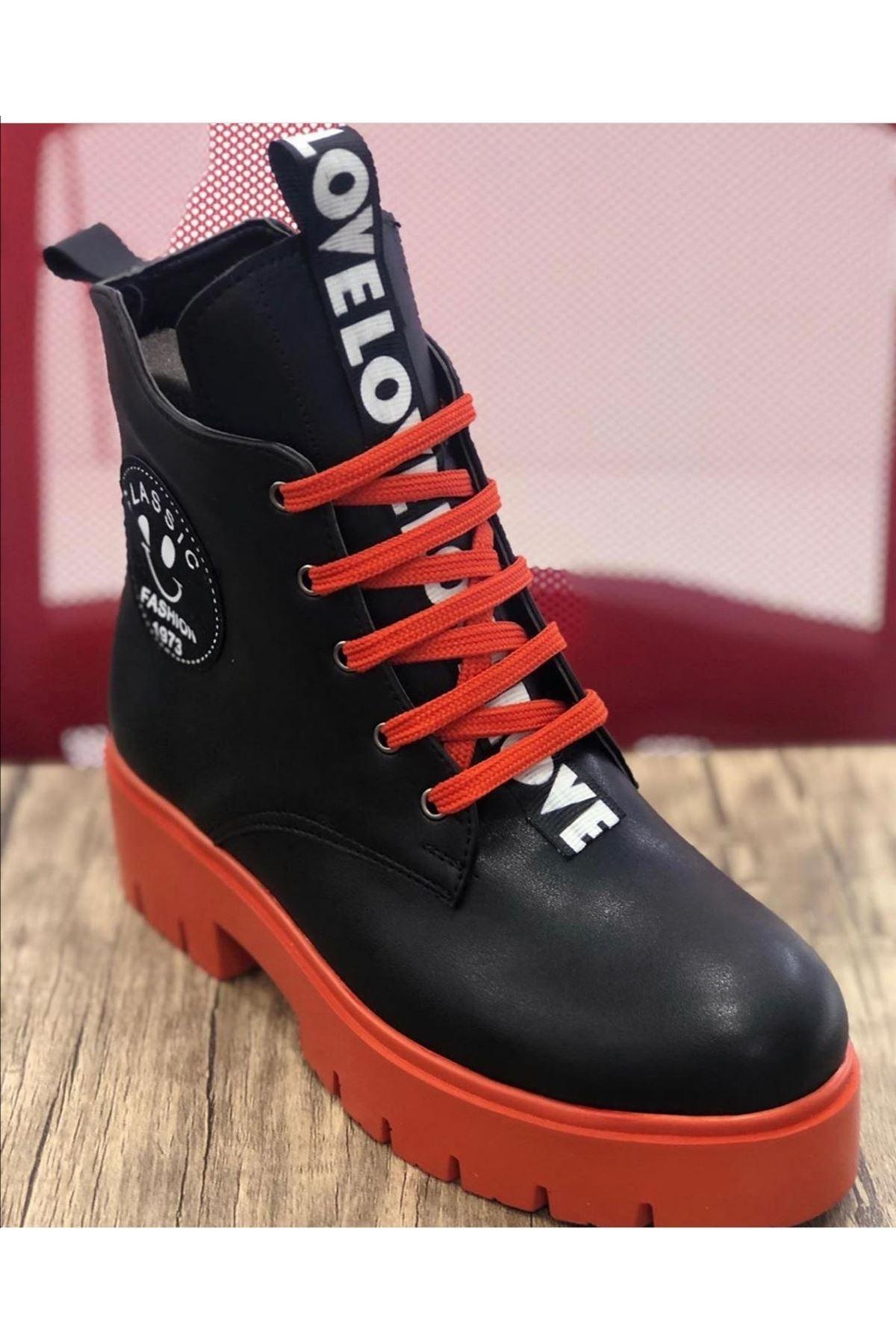 İnna Mat Deri Etiket Detaylı Kısa Topuklu Bot Siyah Kırmızı