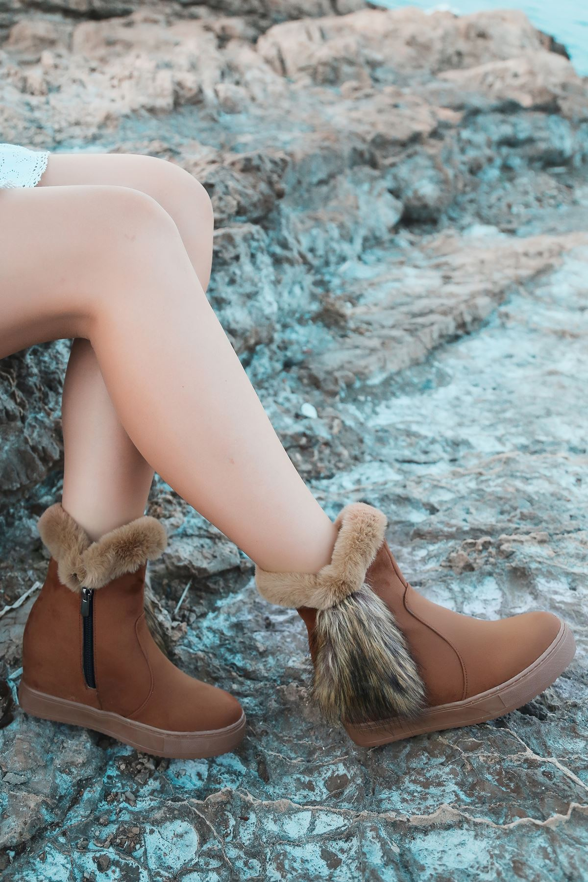 Bella Yandan Kürk Detaylı Taba Süet Gizli Topuk Kadın Bot