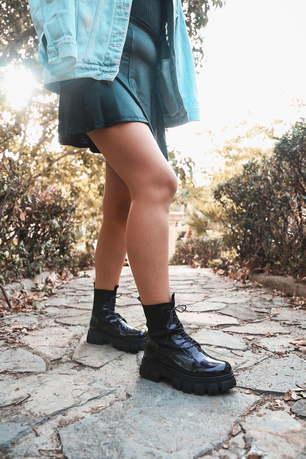 Romeo Çorap Ve Bağcık Detaylı Rugan Postal Bot Siyah