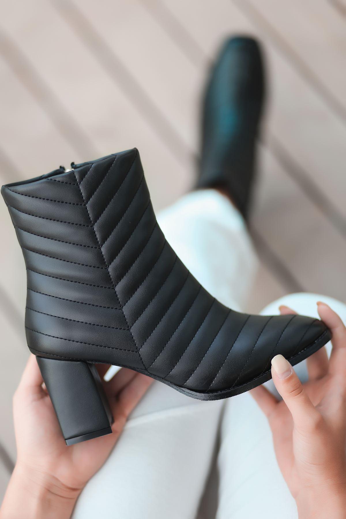 Charm Dikiş Detaylı Yüksek Topuk Siyah Kadın Bot