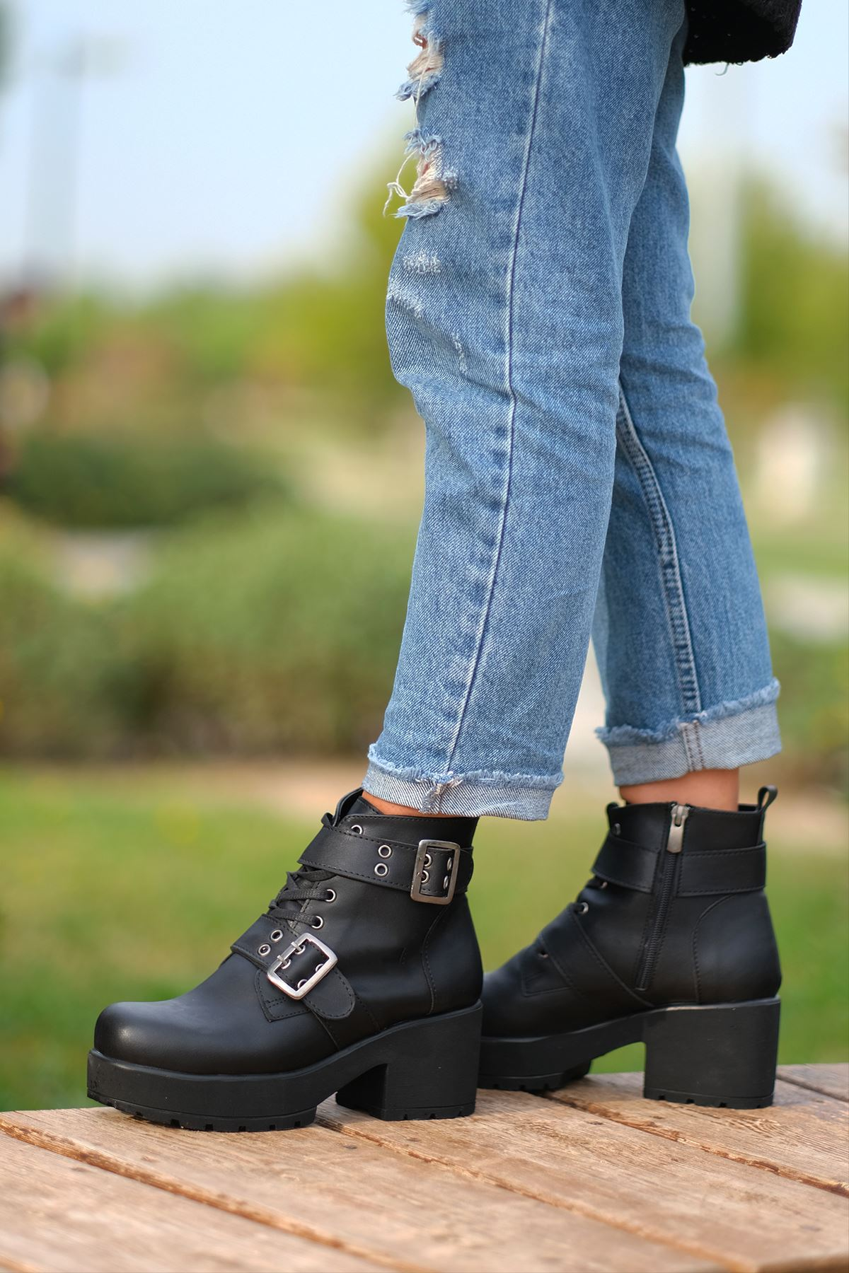 Leri Mat Deri Toka Detaylı Kısa Topuklu Bot Siyah