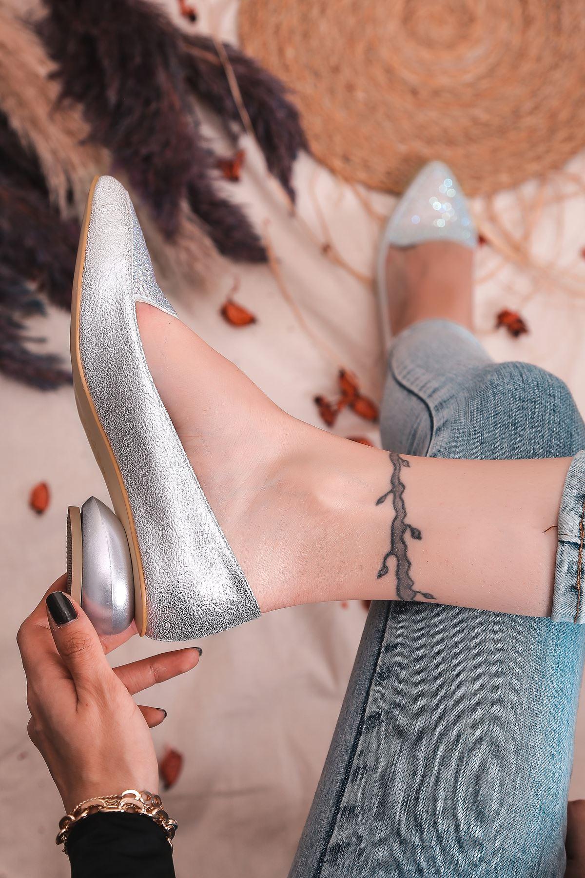 Fantastico Taş Detaylı Gümüş Kırışık Rugan Kadın Babet