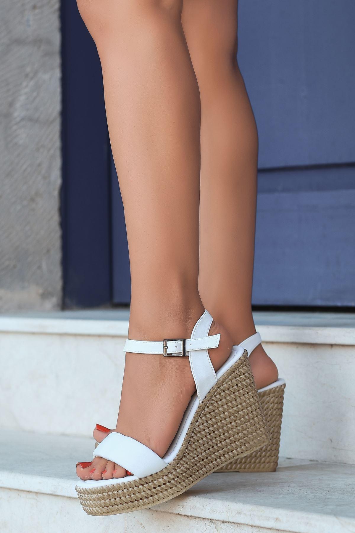 Alinda Pofuduk Beyaz Dolgu Topuk Kadın Ayakkabı