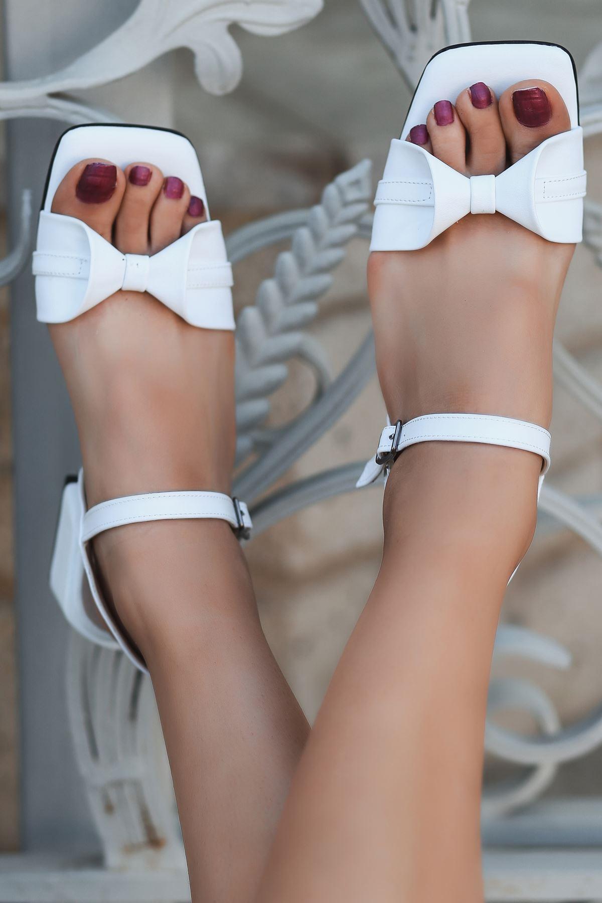 Minna Fiyonk Detaylı Beyaz Kadın Topuklu Sandalet
