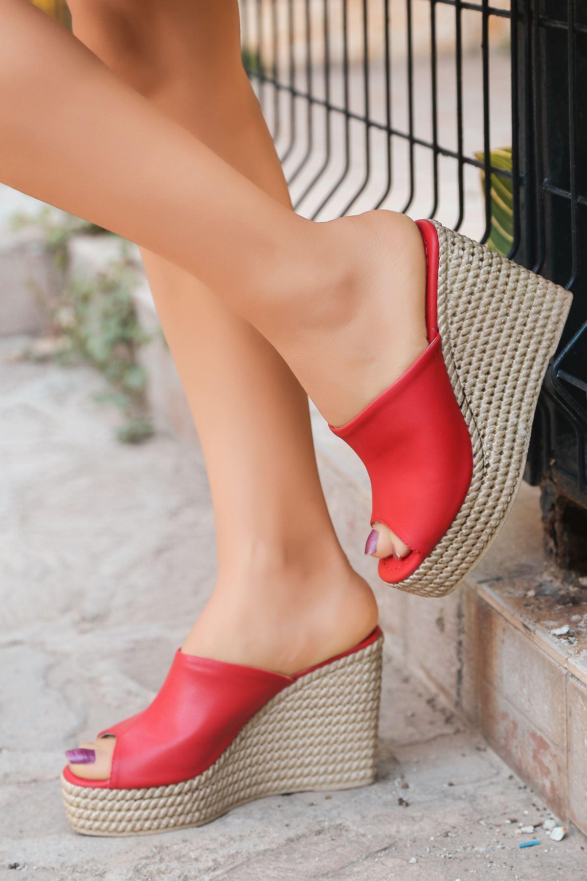 Ceylin Mat Deri Kırmızı Dolgu Topuk Terlik
